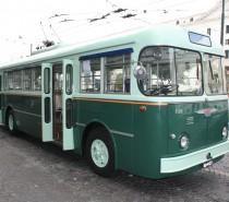 Il filobus storico di Napoli in servizio lungo le vie del centro