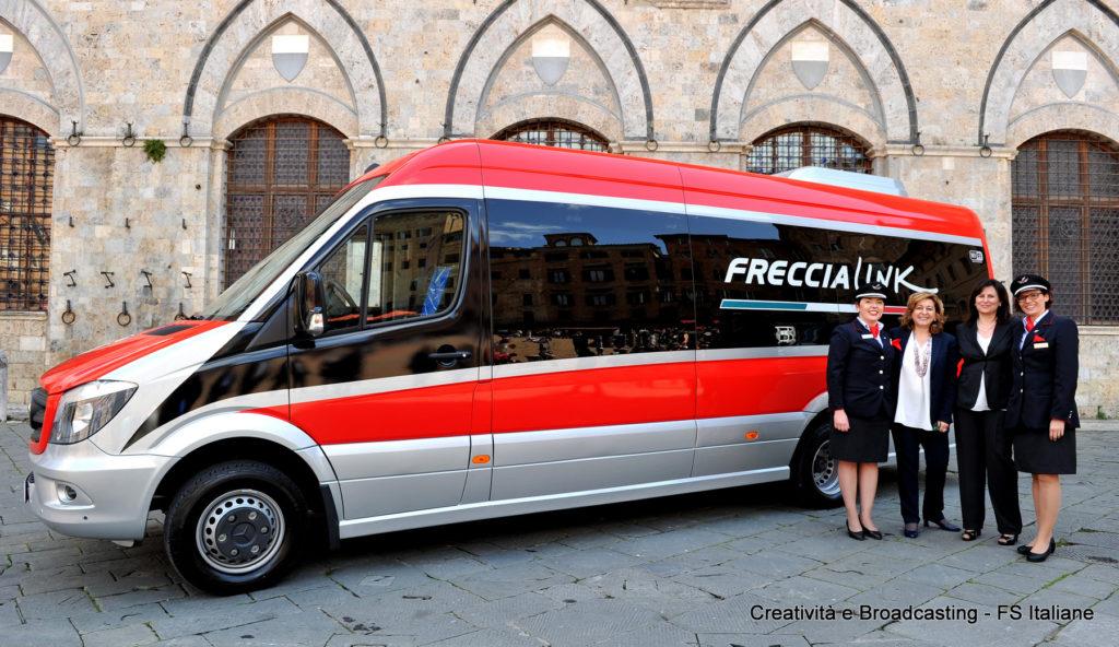 L'AD di Trenitalia Morgante con il bus dedicato ai servizi FrecciaLink - Foto Gruppo FS Italiane