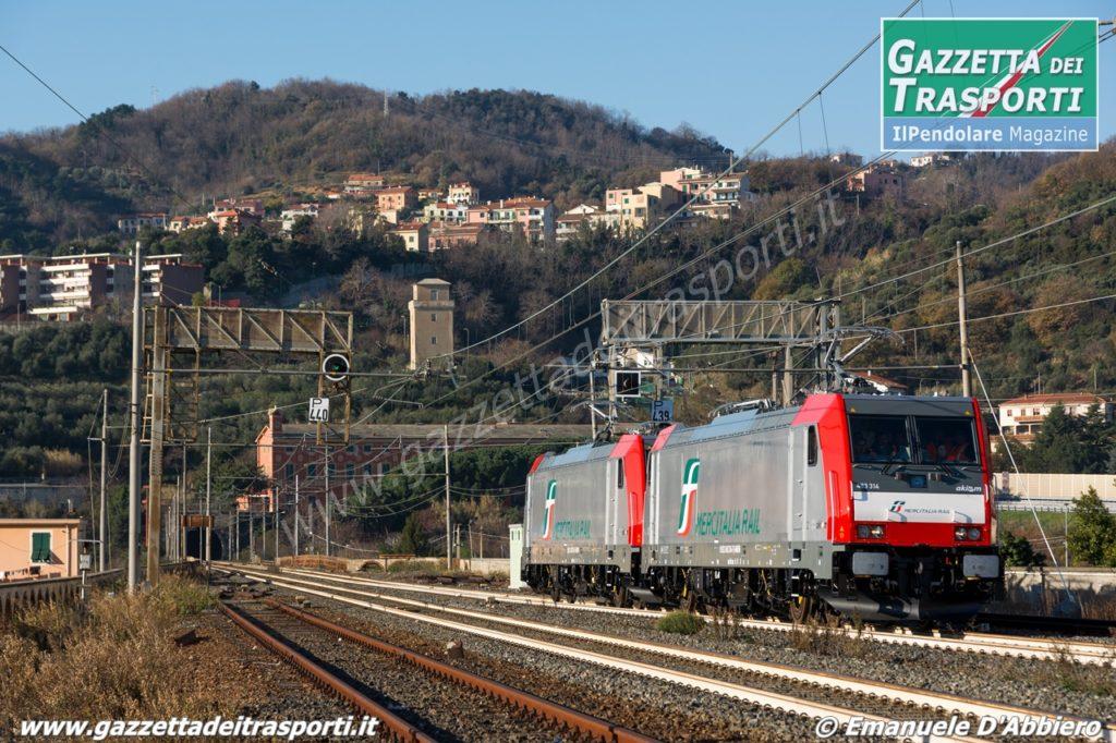 E483.314 e .315 I-Akiem per Mercitalia Rail in transito ad Albisola - Foto Emanuele D'Abbiero