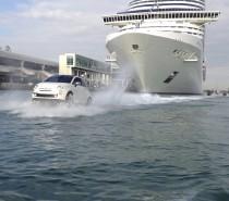 Show al porto di Miami, delle Fiat 500 galleggianti scortano l'arrivo della MSC Divina in USA