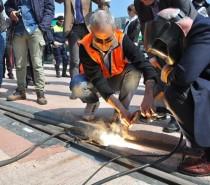 Con la posa degli ultimi 42 cm di binario completata la linea tram Mestre – Venezia