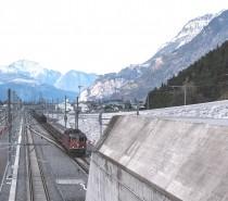 Un treno merci lungo 1500 metri nella galleria di base del San Gottardo
