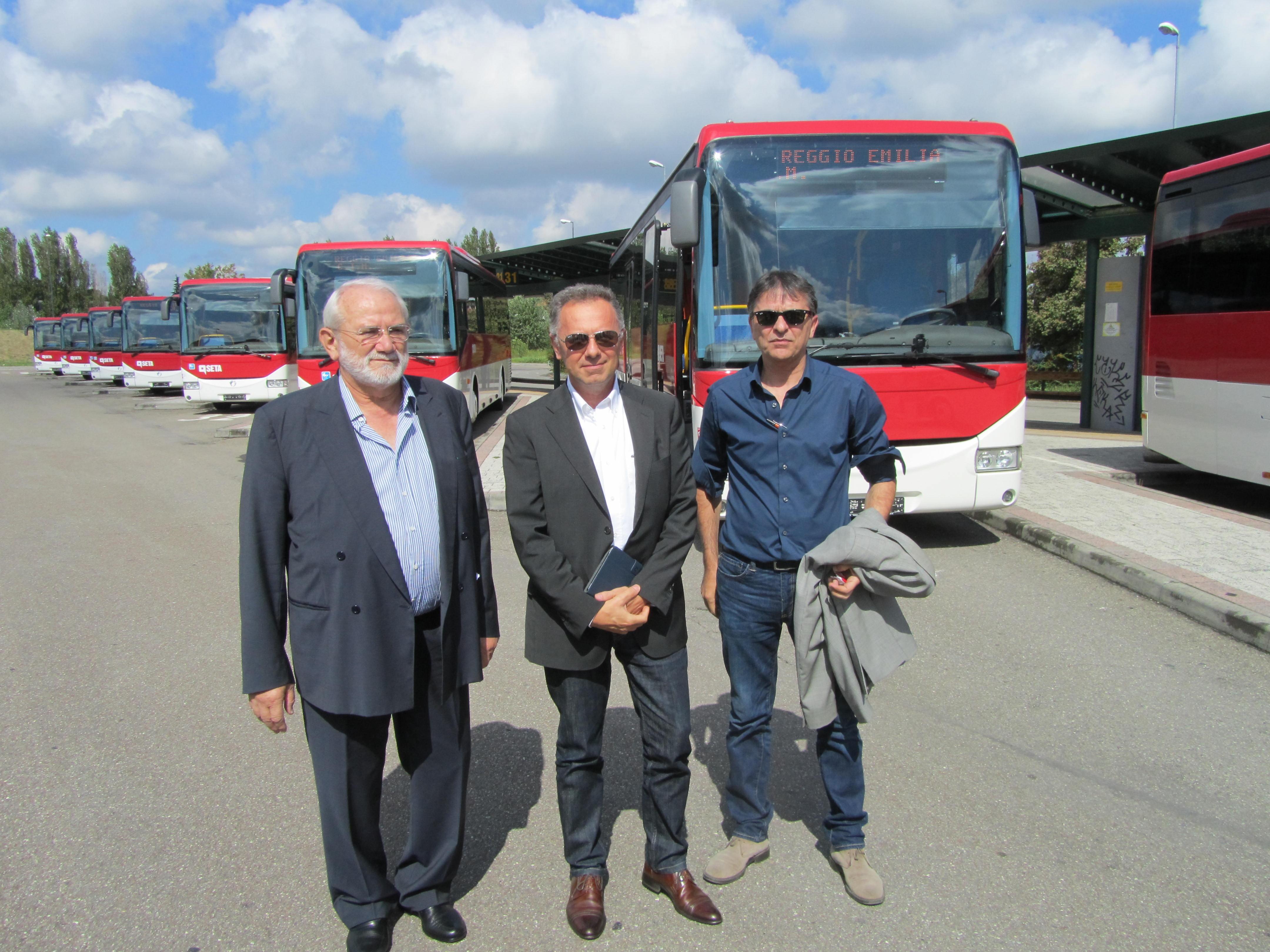 La dirigenza di Seta, Agenzia Mobilità e Act con i nuovi bus di Regio Emilia - Foto Seta