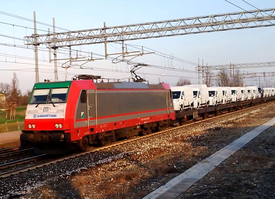 Locomotiva E483 Sangritana in testa ad un convoglio di veicoli commerciali - Fotogramma da video di Giovanni Giglio