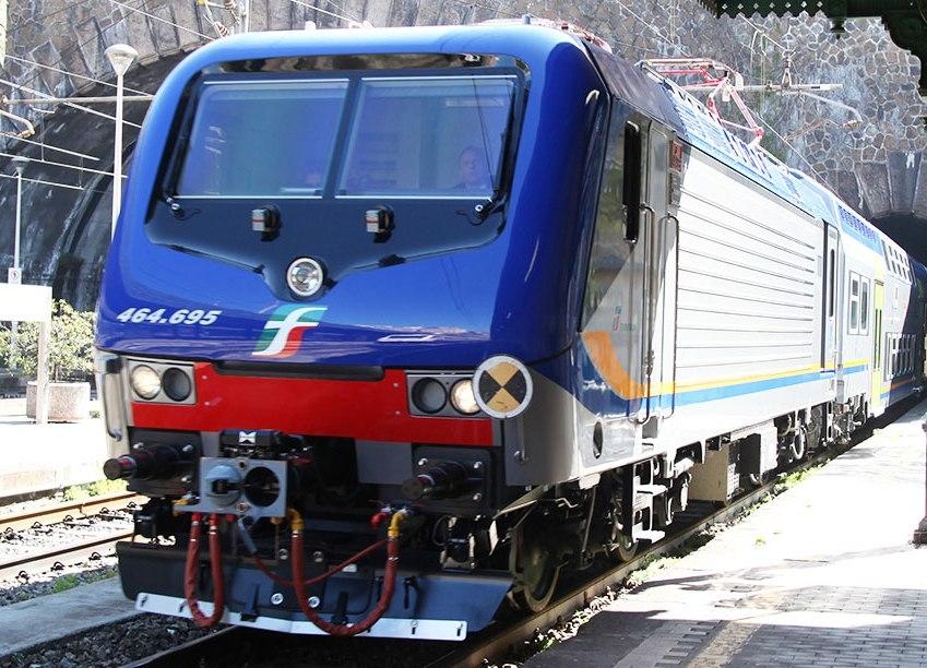 Un convoglio Vivalto nella nuova livrea regionale di Trenitalia con in testa la E464 695 a Genova - Foto Ferrovie dello Stato Italiane