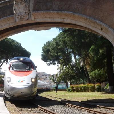 Alle 10:45 il FrecciArgento proveniente da Bari come Treno dei Bambini varca il portone di confine della stazione Vaticana - Foto Giuseppe Mondelli