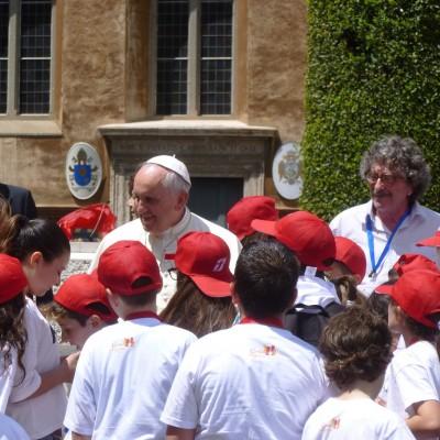 Papa Francesco con i bambini arrivati in Vaticano a bordo del FrecciArgento - Foto Giuseppe Mondelli