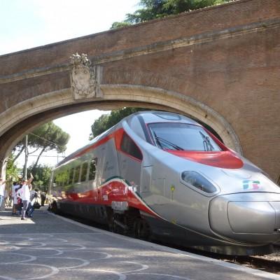 Alle 15.25 il FrecciArgento riparte dalla Stazione Vaticana in direzione Bari - Foto Giuseppe Mondelli