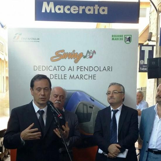 L'Ad di Trenitalia, Vincenzo Soprano, consegna il nuovo Atr220 Swing alla Regione Marche - Foto Gruppo Fs Italiane