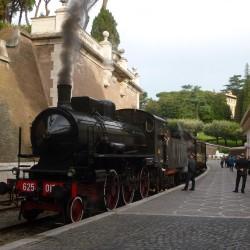 Il convoglio storico a vapore per la presentazione del Treno delle Ville Pontificie in sosta nella stazione Vaticana - Foto Giuseppe Mondelli