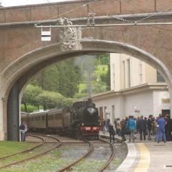 Il convoglio storico a vapore per la presentazione del Treno delle Ville Pontificie sotto al portone di confine tra Italia e Vaticano - Foto Giuseppe Mondelli