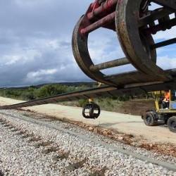 Rimozione del binario lungo la vecchia tratta - Foto Ferrovie del Gargano