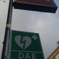 Insegna che avvisa della presenza del DAE in stazione - Foto ATM